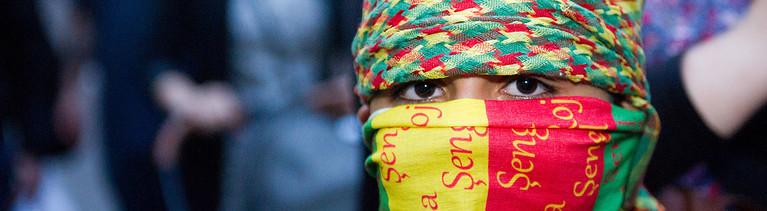 Ein kleiner Junge am 09.10.2014 mit einem Kopftuch in den kurdischen Nationalfarben vermummt in der Nähe des Hauptbahnhofs in Stuttgart