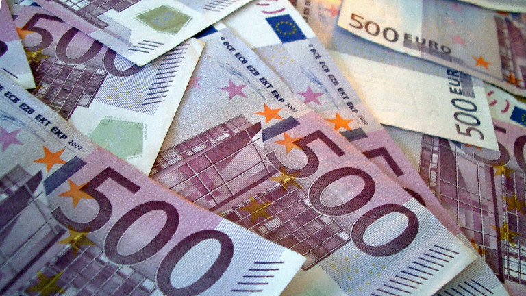 Viele 500-Euro-Scheine liegen auf einem Stapel.