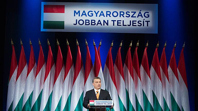 """Viktor Orban bei einer Rede in Budapest - auf einem Schild steht: """"Es läuft besser für Ungarn"""""""