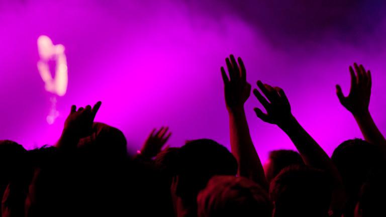 Auf einem Konzert herrscht eine recht ausgelassene Stimmung.