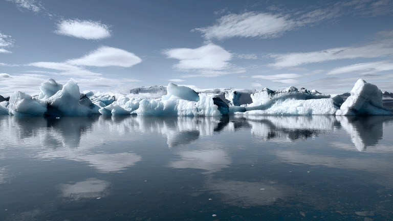 Ein Blick auf weiße Eisflächen der Antarktis.