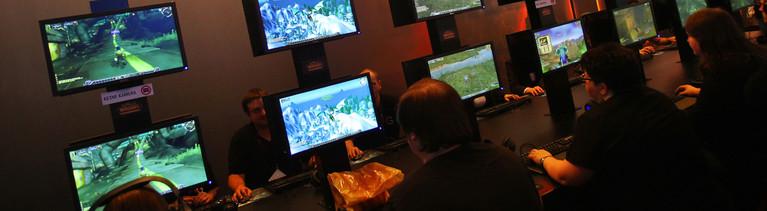 """Besucher probieren am Mittwoch (18.08.2010) auf der Messe """"Gamescom"""" in Köln an einem Stand das Spiel """"World of Warcraft"""" aus (dpa)."""