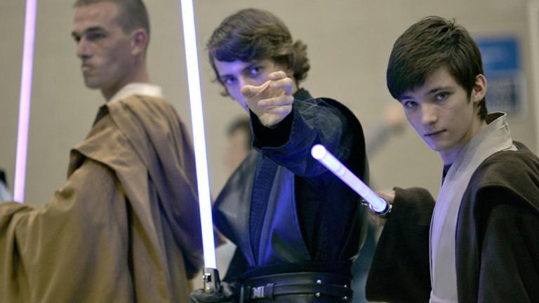Drei Star-Wars-Fans mit Lichtschwertern.