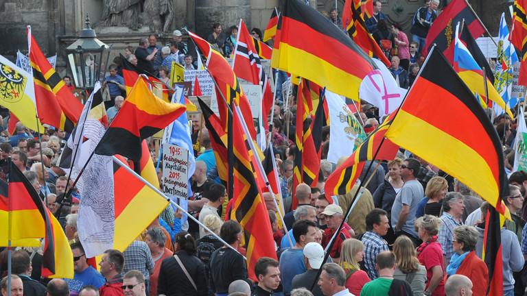 Die Anhänger des islamkritischen Bündnisses Pegida treffen sich am 04.05.2015 in Dresden (Sachsen) auf dem Schloßplatz zu einer Kundgebung.