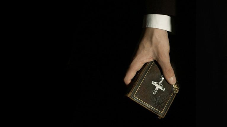 Eine Hand hält eine Bibel