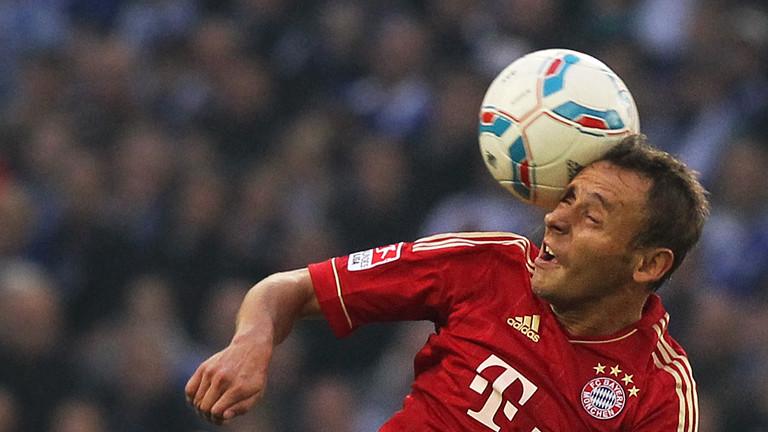 Münchens Rafinha köpft den Ball am 16.09.2011.