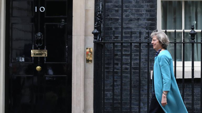 Theresa May wandert zur Downing Street 10.