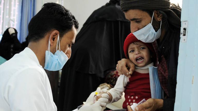 Ein Arzt behandelt ein Kind im Krankenhaus