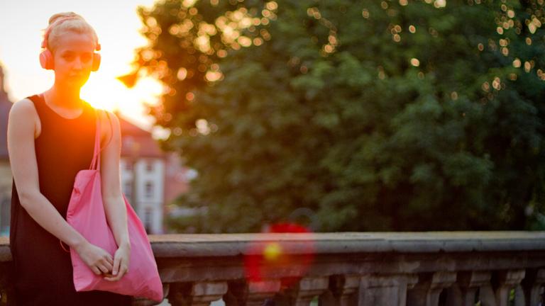 Eine junge Frau hört Musik über Kopfhörer