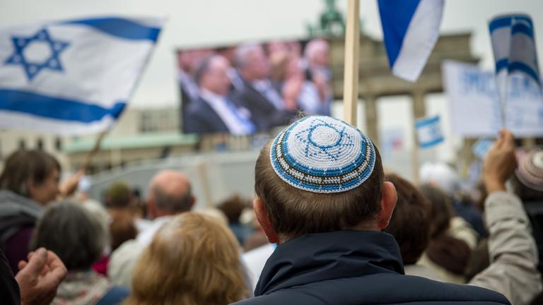 Ein Mann mit Kippa auf einer Demonstration am Brandenburger Tor