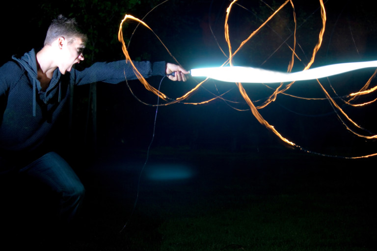 Junger Mann mit Lichtschwert
