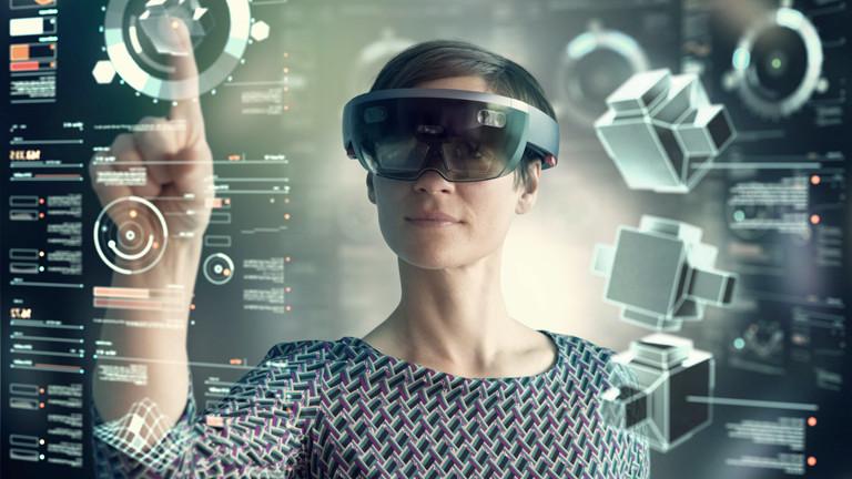 Eine Frau arbeitet mit einer Augmented-Reality-Brille.