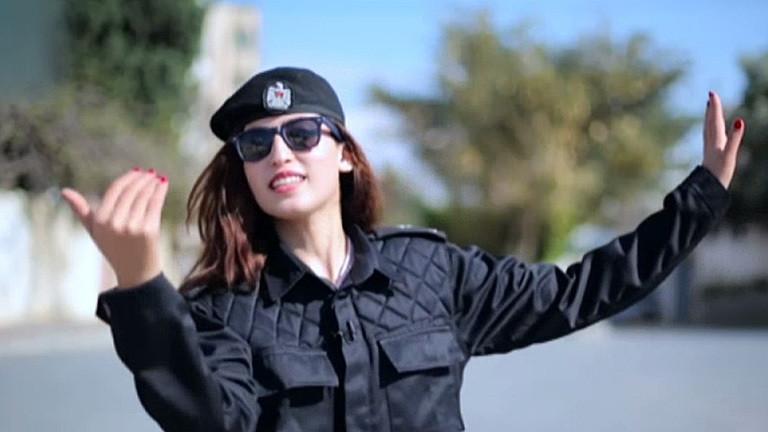Die Comedian Reham al-Kahlout in einem Sketch. Sie ist als Verkehrspolizistin verkleidet.