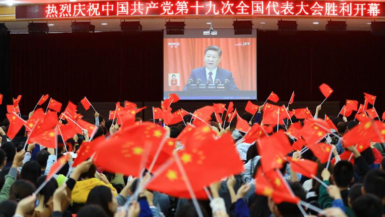 Chinesische Studenten schauen sich Übertragung vom Parteitag an.