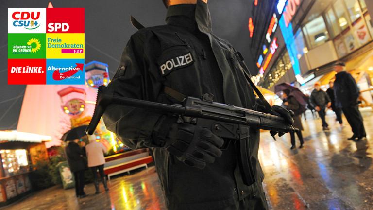 Polizist mit Gewehr auf einem Weihnachtsmarkt