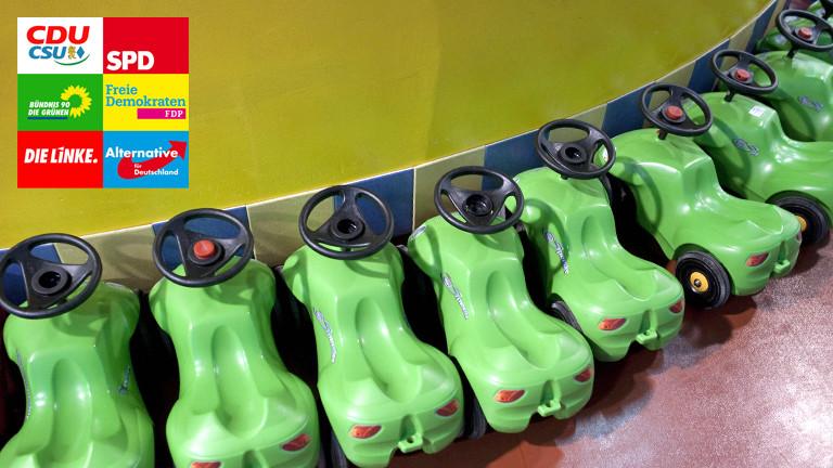 Spielautos in Reihe geparkt