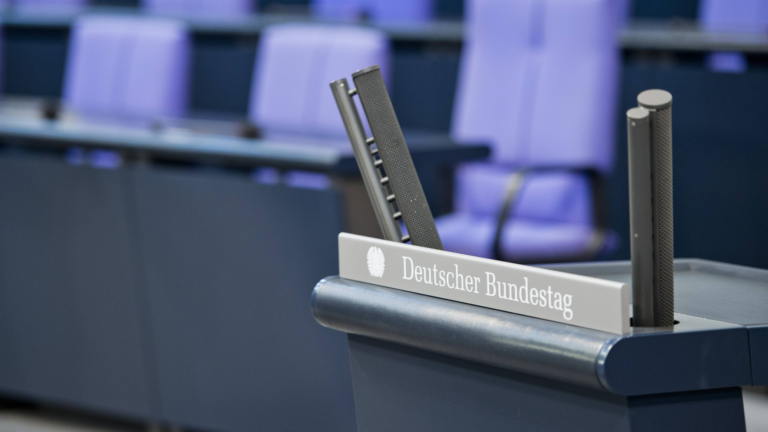 Das Rednerpult im Deutschen Bundestag