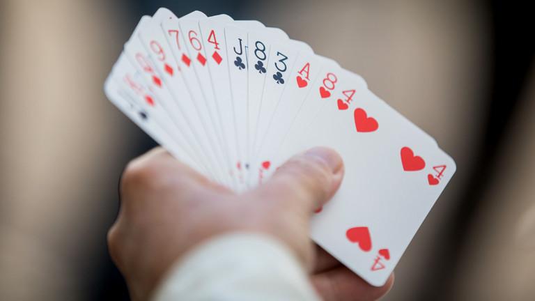 Hand hält Bridge-Karten