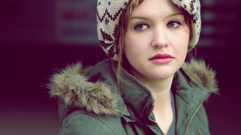 Frau im Parka mit Fake-Fur-Kragen