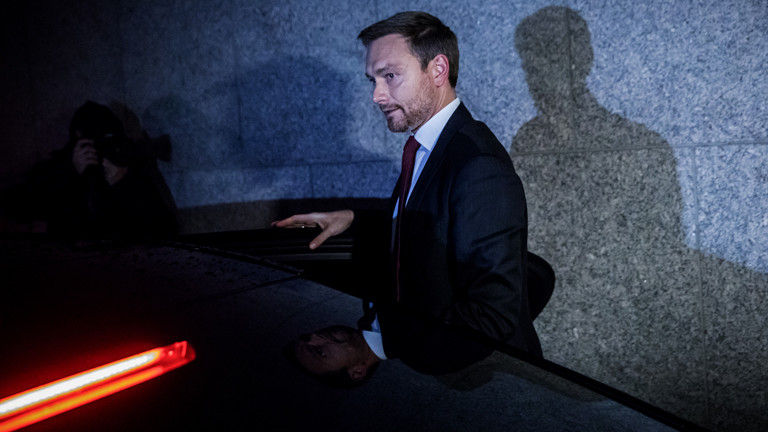 FDP-Chef Christian Lindner steigt nach den Jamaika-Verhandlungen (20.11.17)  in ein Auto.