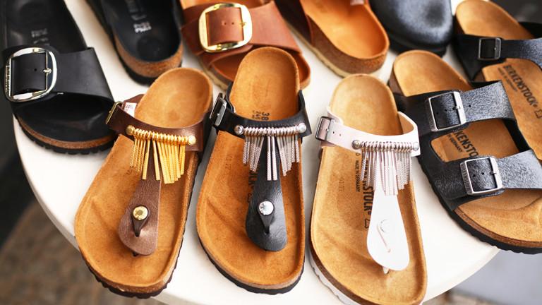 Birkenstock-Sandalen auf Ladentisch