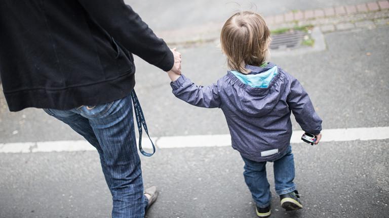 Erwachsener mit Kind auf der Straße