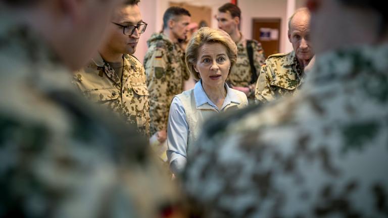 Verteidigungsministerin von der Leyen mit Bundeswehr Soldaten.