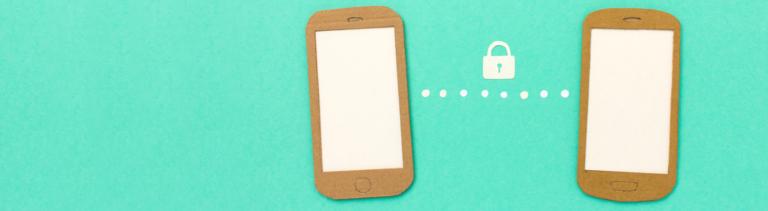 Zwei Smartphones aus Pappe vor einem türkisen Hintergrund, verbunden mit kleine weißen Punkten, darüber mittig ein kleines Schloss
