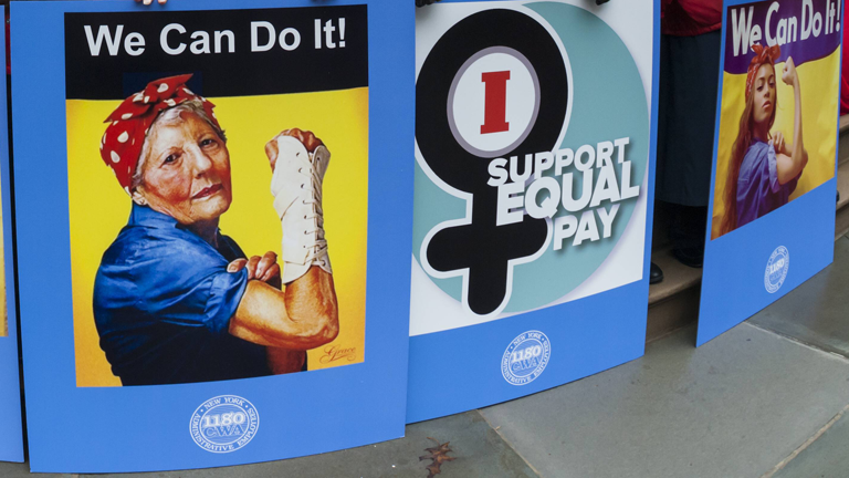 Plakate bei Demonstrationen zum Equal Pay Day in New York im April 2017