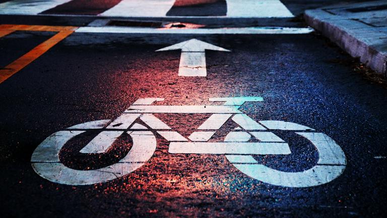 Eine Fahrradmarkierung auf einem Fahrradweg