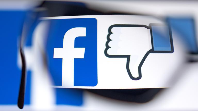 Das Facebook-Logo. Daneben eine Daumen nach unten