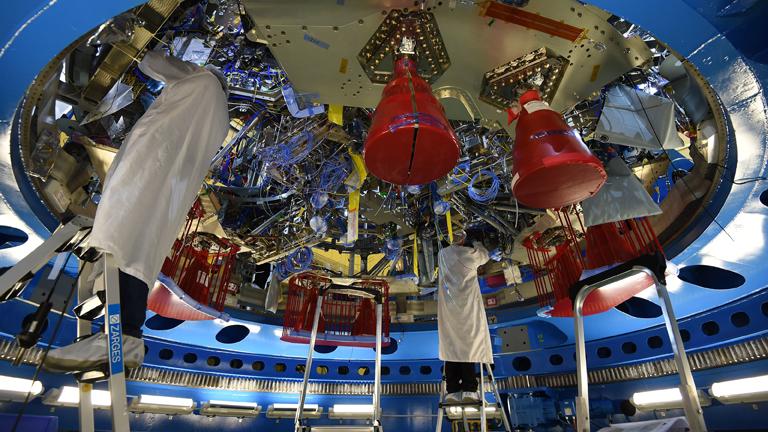 """Ingenieure arbeiten am 25.10.2017 in Bremen bei Airbus am Servicemodul für das US-Raumschiff """"Orion""""."""