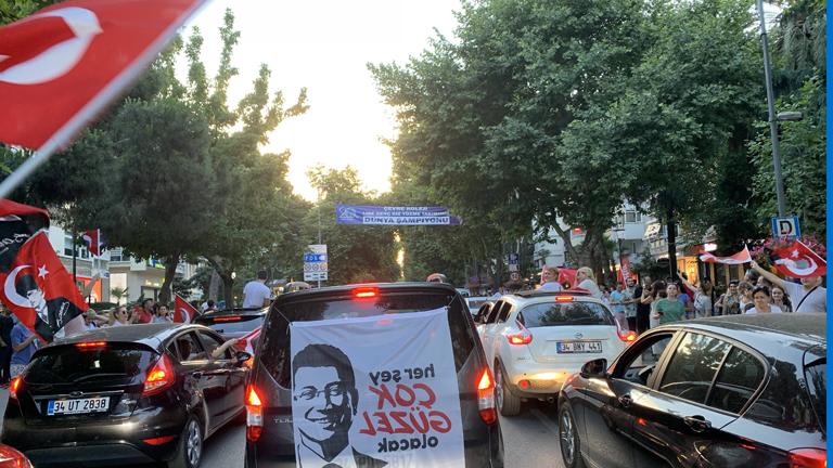 Ein Autokorso auf den Straßen von Istanbul, auf einer Fahne ein Bild des neuen Bürgermeisters Ekrem Imamoglu