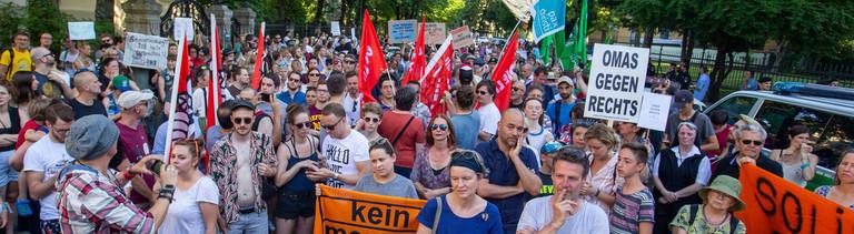 Am 30. Juni 2019 versammeln sich spontan Menschen vor dem italienischen Konsulat in München. Sie fordern die Freilassung von Carola Rackete.Demo