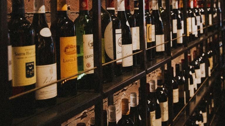 Weinflaschen stehen in einem Regal.