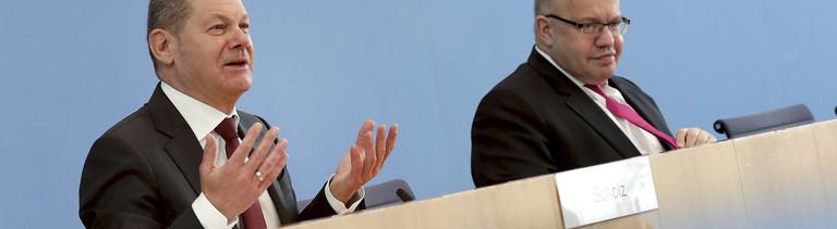 Bundesfinanzminister Olaf Scholz (links) sitzt bei einer Pressekonferenz neben Peter Altmaier, Bundeswirtschaftsminister. Sie geben ein Hilfspaket gegen die Corona-Krise bekannt (23.04.2020)