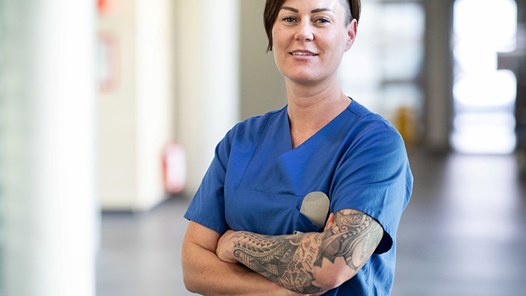 Carola Holzner, leitende Oberärztin der zentralen Notaufnahme des Uniklinikums Essen, steht in einem Gang (23.03.2020)