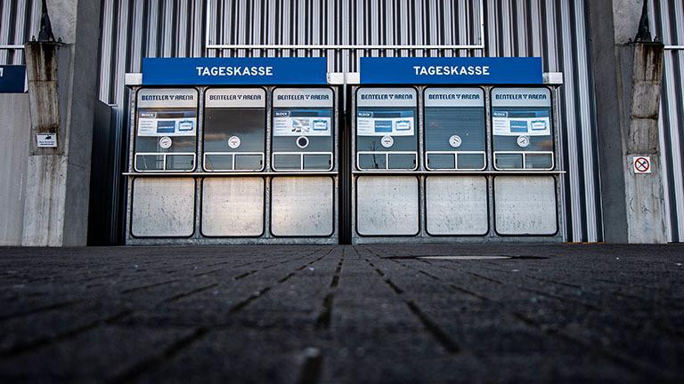 Blick auf zwei Tageskassen des Bundesligisten Paderborn. Beide Kassenhäuschen sind geschlossen. Der Platz davor ist leer (21.03.2020)