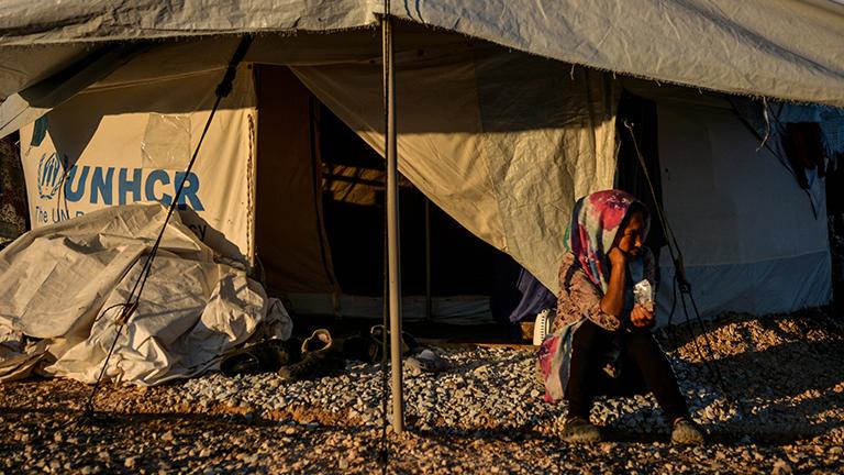 Eine Frau sitzt vor ihrem Zelt im Flüchtlingslager Kara Tepe auf Lesbos