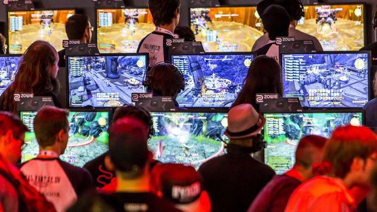 Computerspieler vor Bildschirmen
