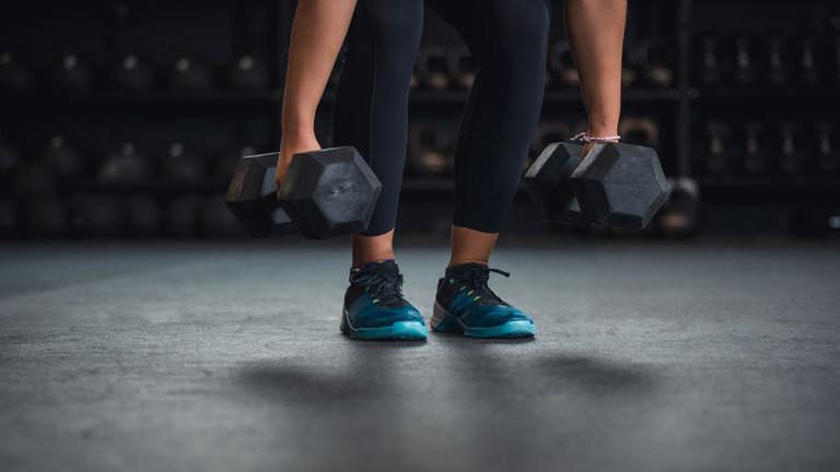 Eine Person hebt Gewichte zum Training