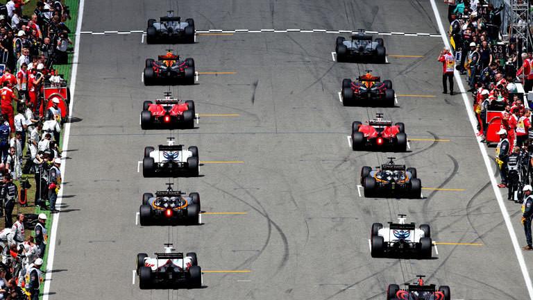 Formel-1-Rennwagen beim Start auf einer Rennstrecke