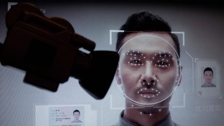 Das Gesicht eines Menschen wird mit einer Kamera gescannt.