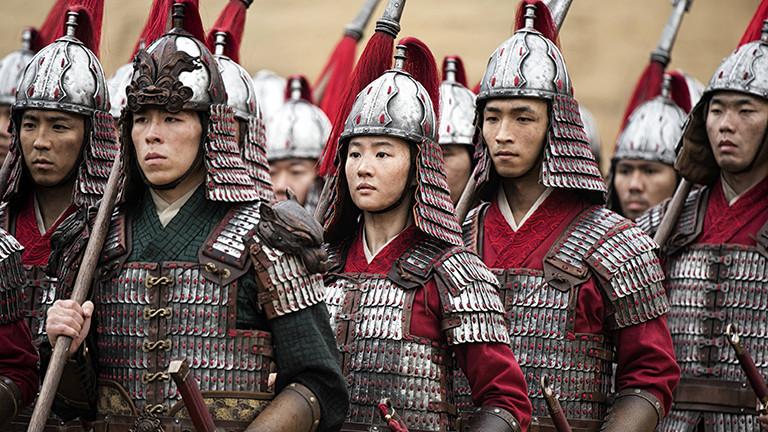 Filmszene aus dem Disney-Film Mulan: Die weibliche Hauptfigur steht zwischen Männern; sie sind Teil der chinesischen Armee. Mulan gibt sich als Mann aus.