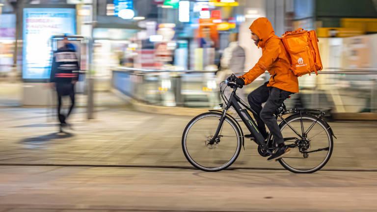 Lieferando-Essenszusteller auf Fahrrad