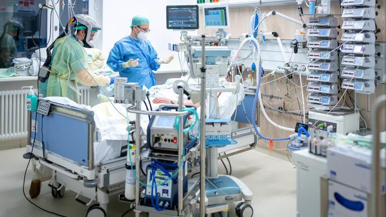 Intensivstation mit Covid-19-Patient