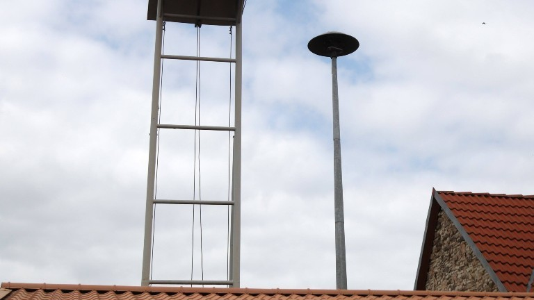 Eine Sirene zum Alarmieren der Bevölkerung auf einem Dach