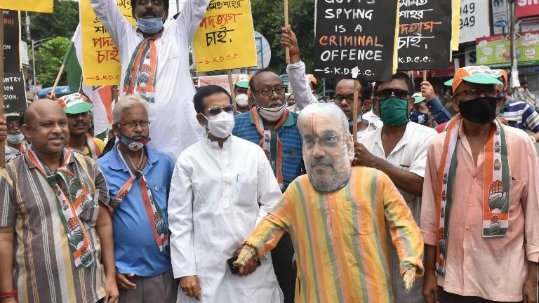 Indische Politiker demonstrieren gegen die Software Pegasus auf einen Parteitag