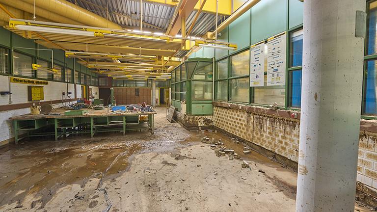 Blick in einen Raum der berufsbildenden Schule in Bad Neuenahr; die Schule wurde durch die Flut im Juli 2021 stark beschädigt (25.08.2021)