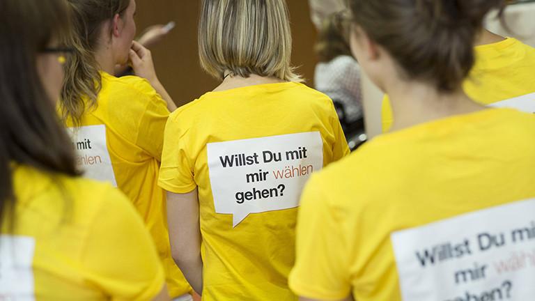 Mitglieder der Jugendredaktion vom Wahl-O-Mat zur Bundestagswahl 2013 stehen zusammen (29.08.2013)